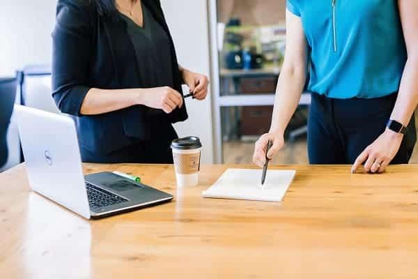 Duas colaboradoras discutindo um projeto